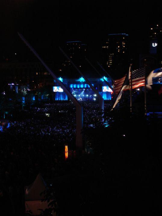J'ignore qui chantait sur cette scène, mais après deux envolées à la Céline Dion, j'ai fui.